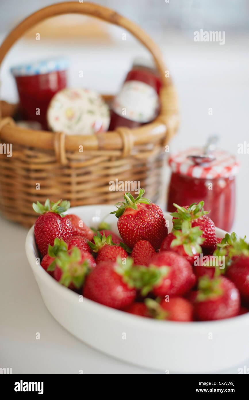 Bol de fraises avec pots de jelly Photo Stock