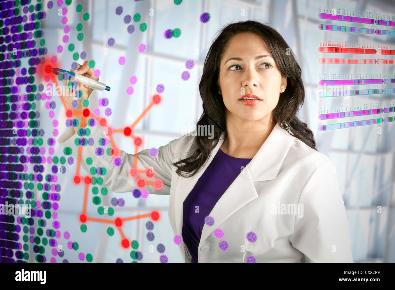 Mixed Race scientist travaillant avec les images scientifiques Banque D'Images