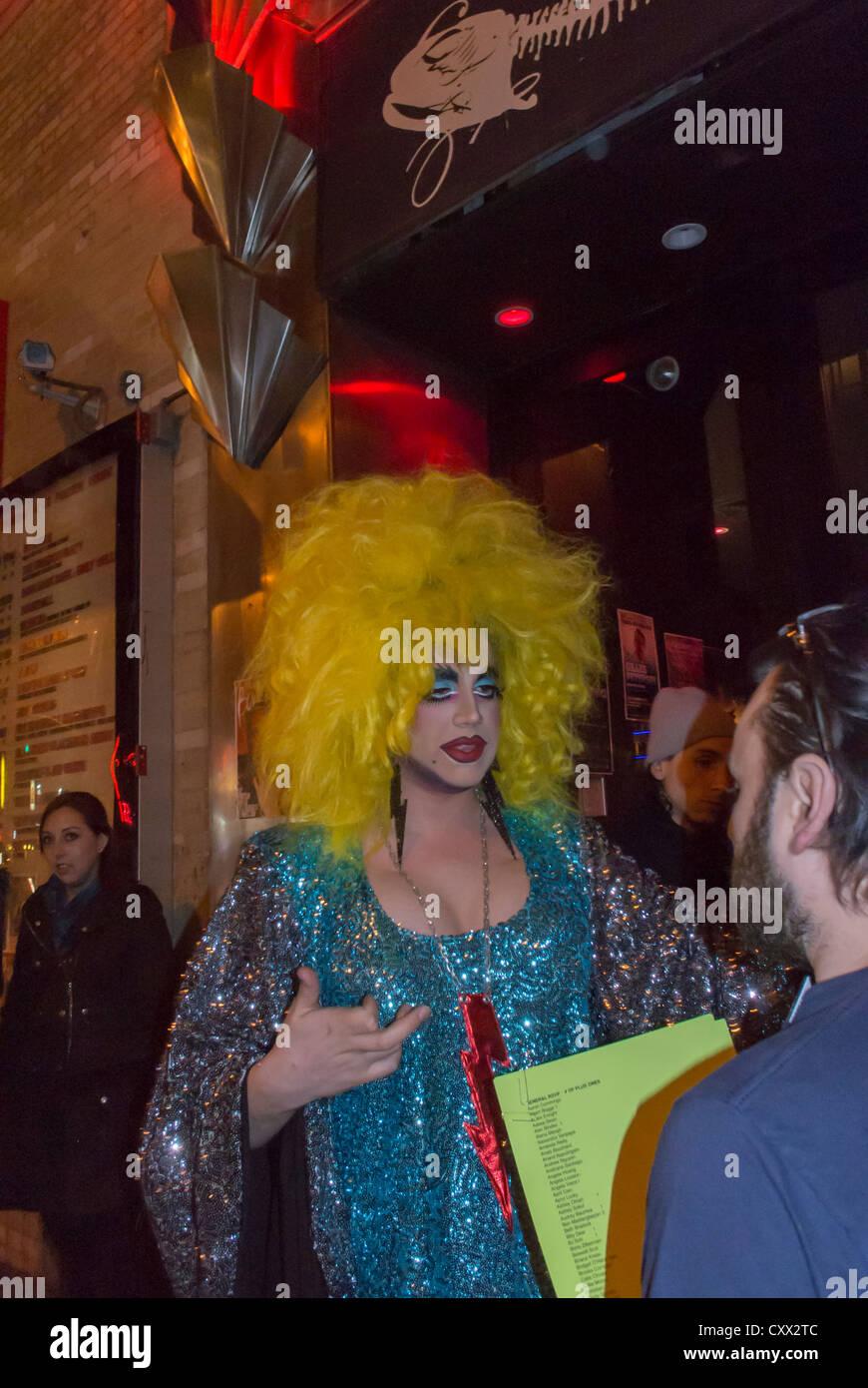 New York, NY, USA, Drag Queen à l'extérieur de nuit, 'La' Poisson Rouge à Greenwich Village, Photo Stock