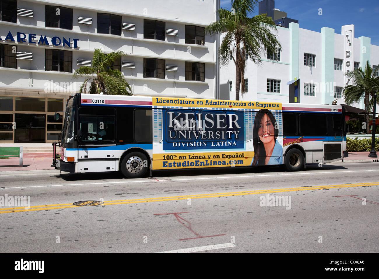 Transport public avec l'université de langue espagnole annonce sur le côté sud de Miami beach Photo Stock