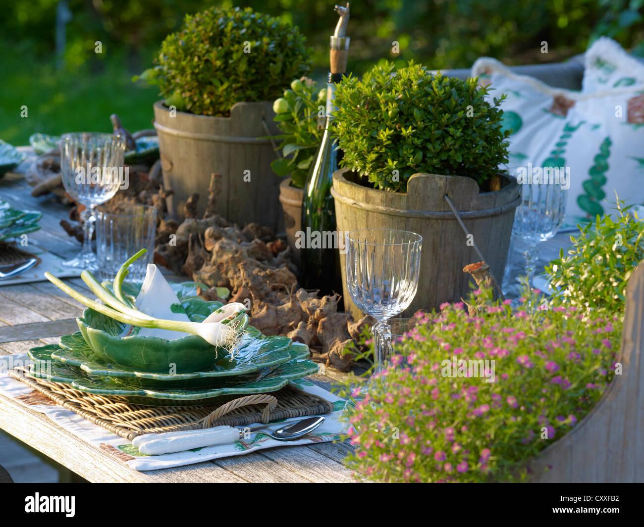 Élégamment mis en bois rustique avec table de jardin céramique fine ...
