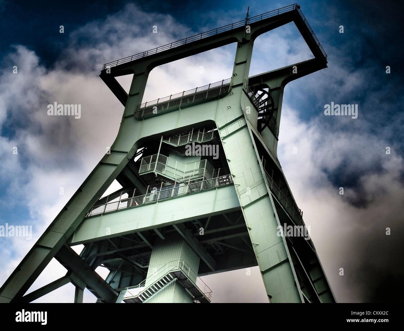 Chevalement, Musée allemand de la mine, les nuages de tempête, la Ruhr, Bochum, Rhénanie du Nord Photo Stock