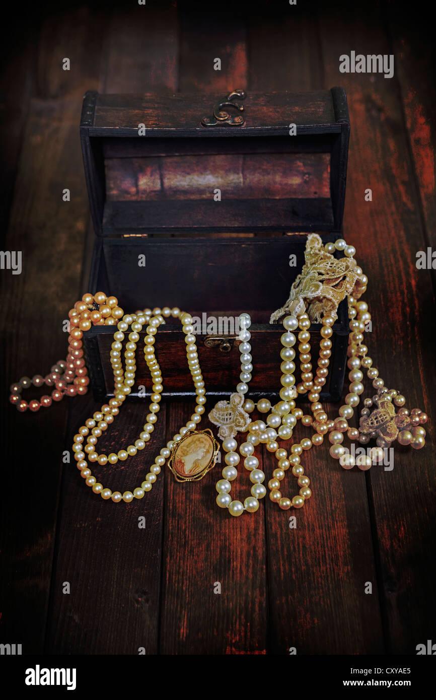 Un coffre au trésor rempli de bijoux Photo Stock