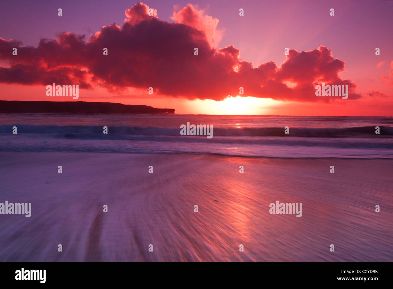 Plage coucher du soleil hiver Skaill, îles Orkney Banque D'Images