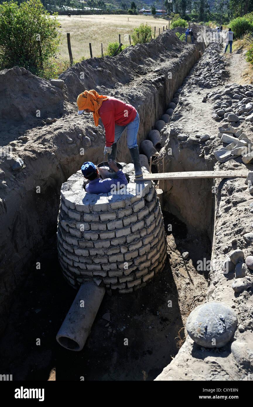 Construction d'un drain pour le système d'égouts, effectuée par le travail communautaire Photo Stock