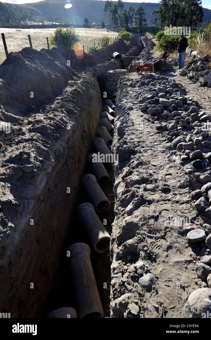 Les tuyaux d'égout dans une tranchée, à l'égout, la construction d'un drain effectué Photo Stock