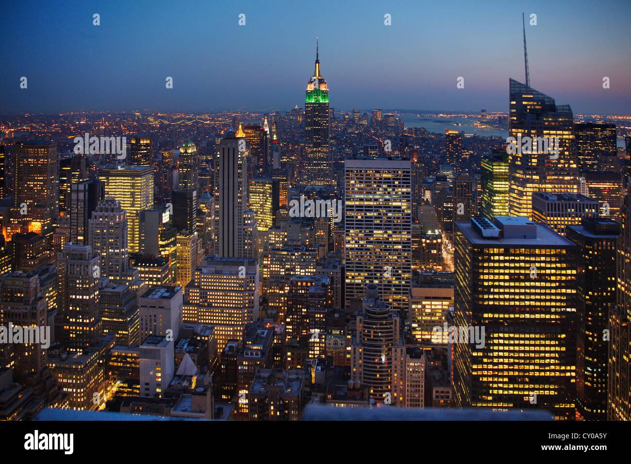 Vue depuis le Rockefeller Center sur la Big Apple au crépuscule, l'Empire State Building, New York City, Photo Stock