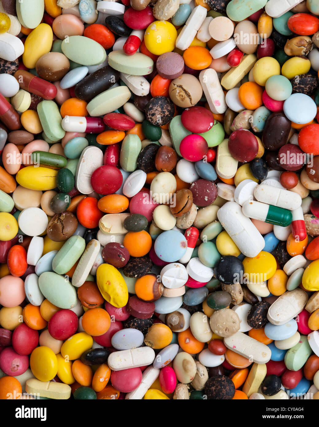 Ces médicaments au-delà de sa date limite d'utilisation, mélange coloré de comprimés, Photo Stock