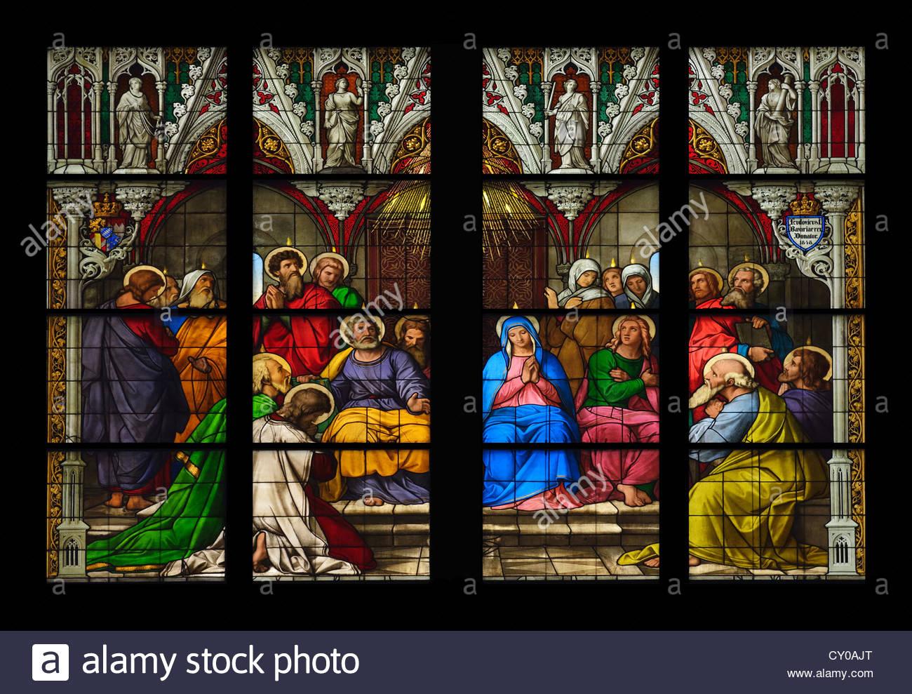 Partie centrale de la fenêtre d'Pfingstfenster, descente de l'Esprit Saint, la cathédrale de Cologne, Photo Stock