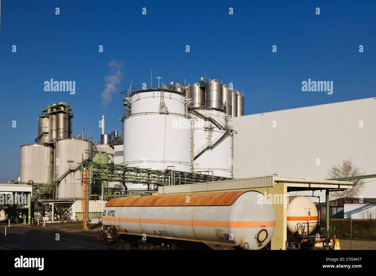 Usine de fabrication industrielle à des wagons-citernes et cheminées, Rhénanie du Nord-Westphalie, Photo Stock