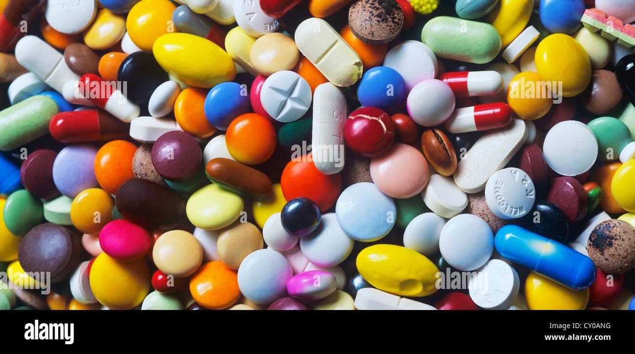 Médicaments périmés, mélange coloré de gélules, pilules et comprimés, full frame Photo Stock