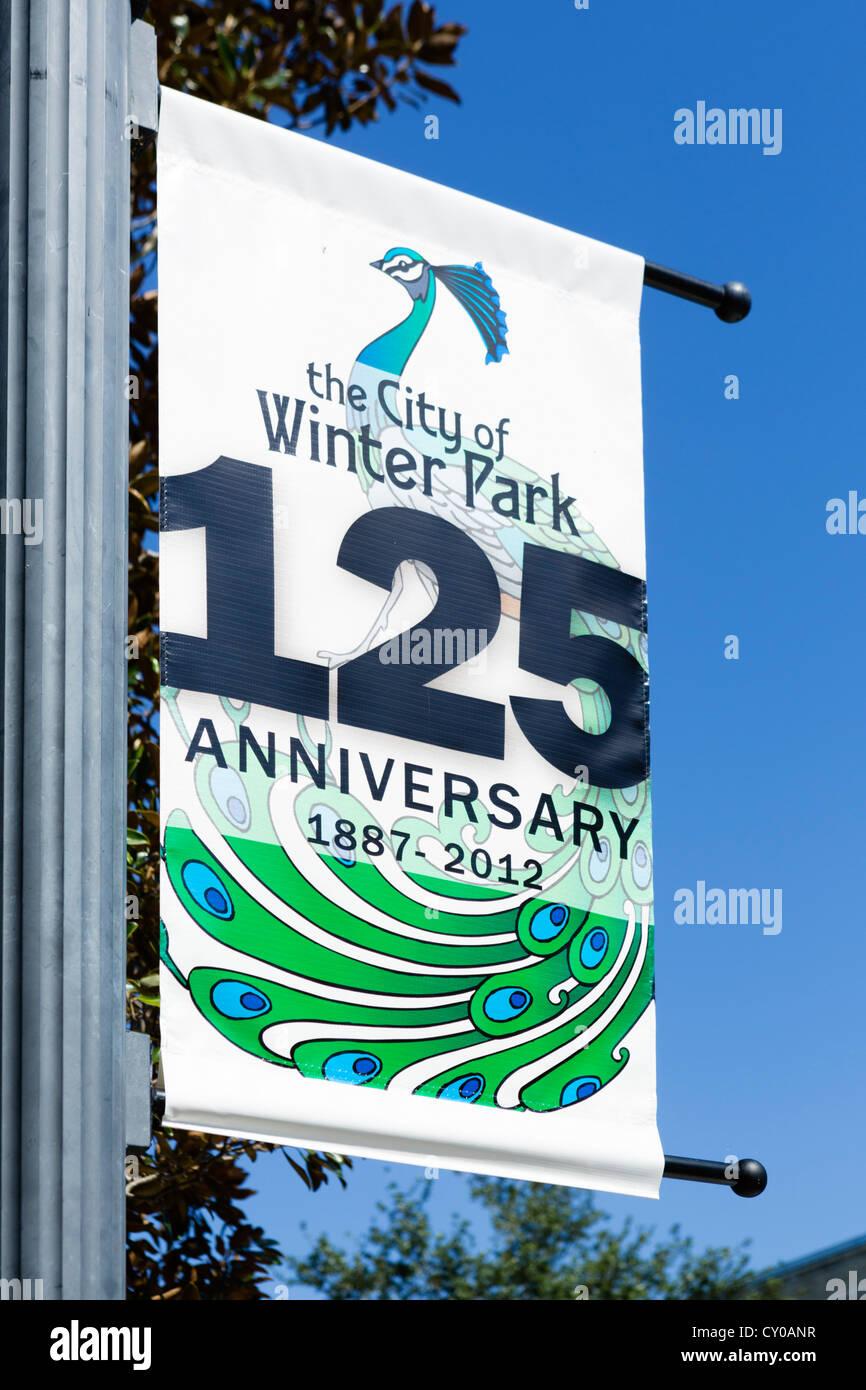 Bannière sur Park Avenue (la rue principale) célébrant le 125e anniversaire de la ville, Parc d'hiver, Photo Stock