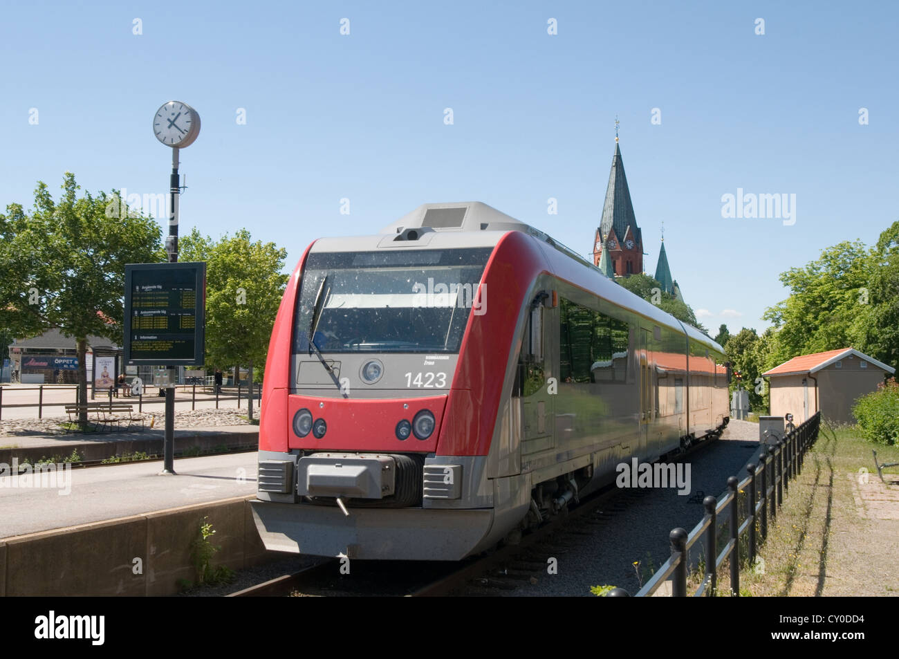 Les trains de banlieue à la station gares de chemins de fer suédois la suède saffle Photo Stock