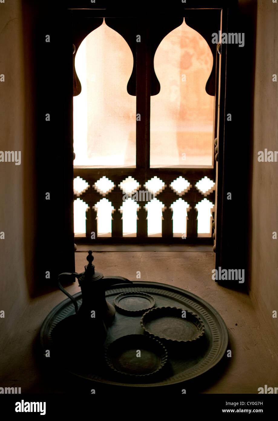 Un ensemble de l'intérieur de l'ustensile café arabe fenêtre dans une maison traditionnelle, Photo Stock