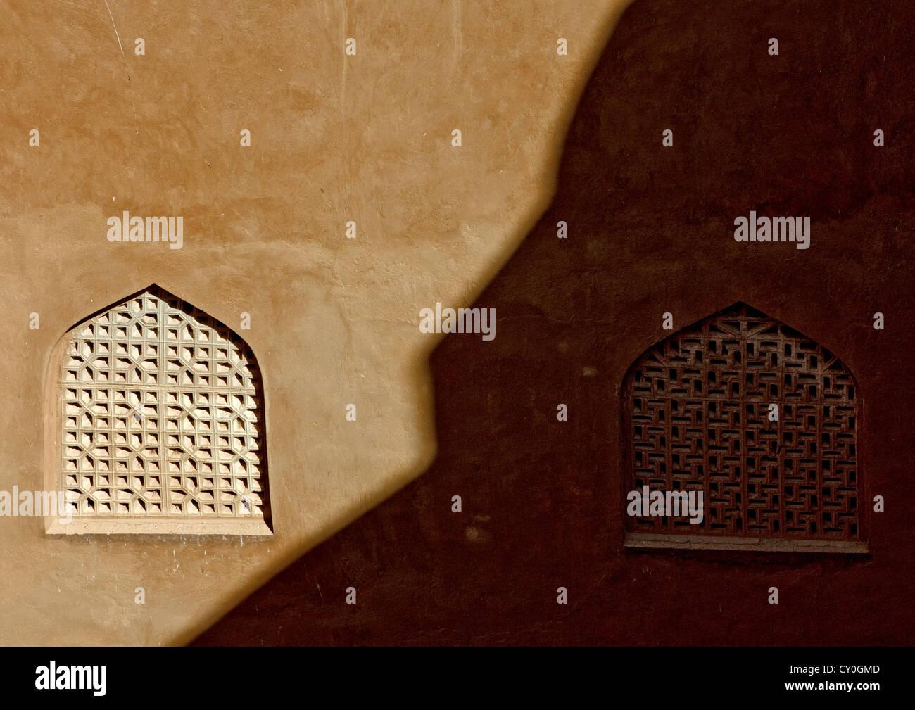 Fenêtres en bois sculpté du fort de Jabrin, Oman Photo Stock