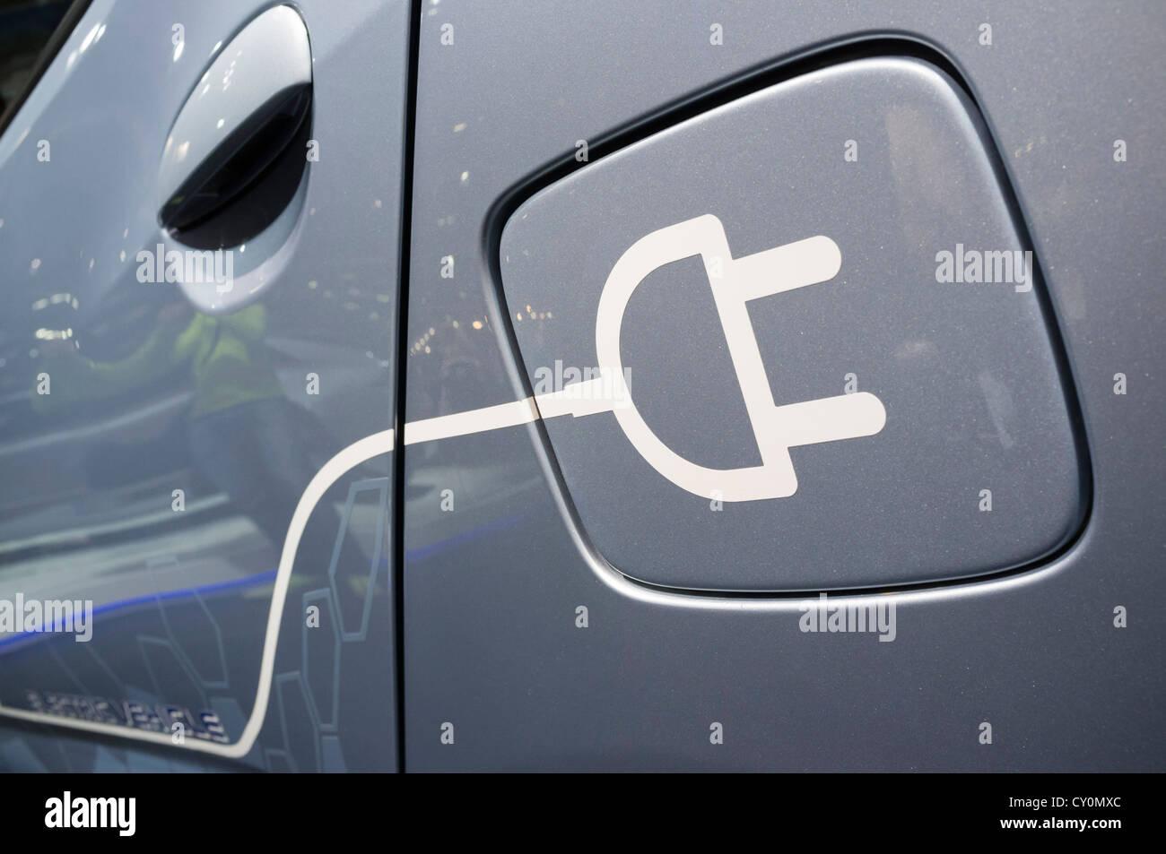 Détail de symbole sur la voiture électrique pour la recharge de plug-in à Paris Motor Show 2012 Photo Stock