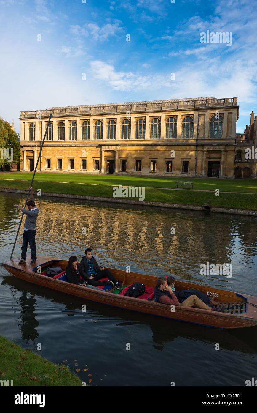 La Bibliothèque Wren, Trinity College Cambridge, avec à l'avant en barque sur la rivière Cam, Photo Stock