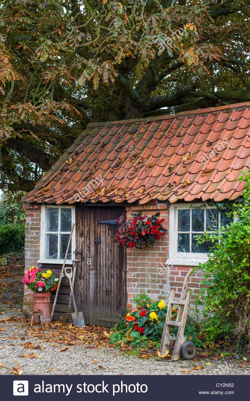 sc ne d 39 automne traditionnelle de la brique rouge et de faire pantile utilis comme un abri de. Black Bedroom Furniture Sets. Home Design Ideas