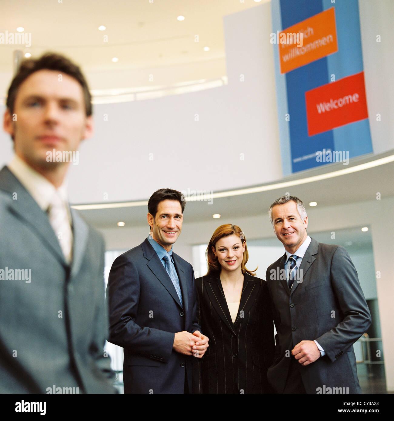Les gens d'affaires de l'équipe gestionnaire de licence gratuite sauf annonces et panneaux publicitaires extérieurs Banque D'Images