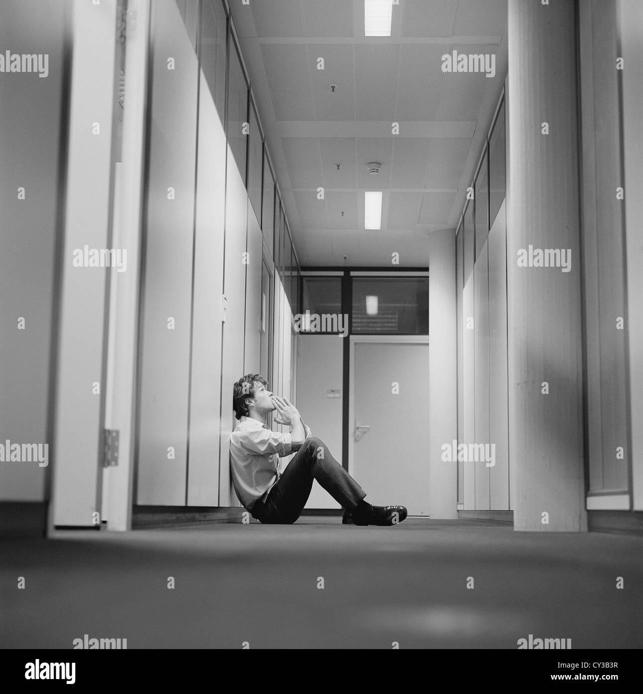 Noir et blanc la frustration d'affaires stressed businessman Licence gratuite sauf annonces et panneaux publicitaires Photo Stock