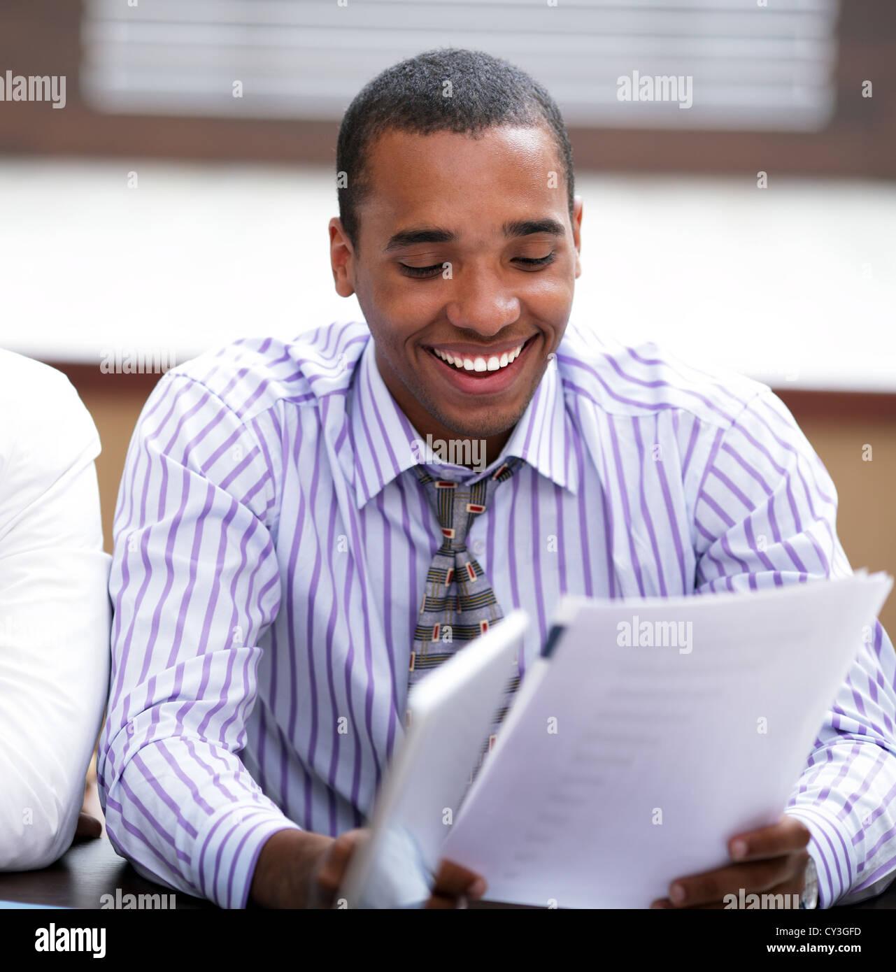 Portrait of a young woman smiling afro-américains tout en travaillant à la réunion Photo Stock
