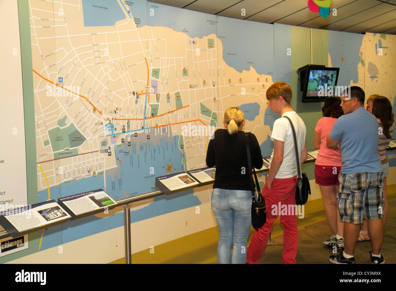 Découvrir Newport Newport Rhode Island Visitors Center map la pièce homme femme famille Photo Stock