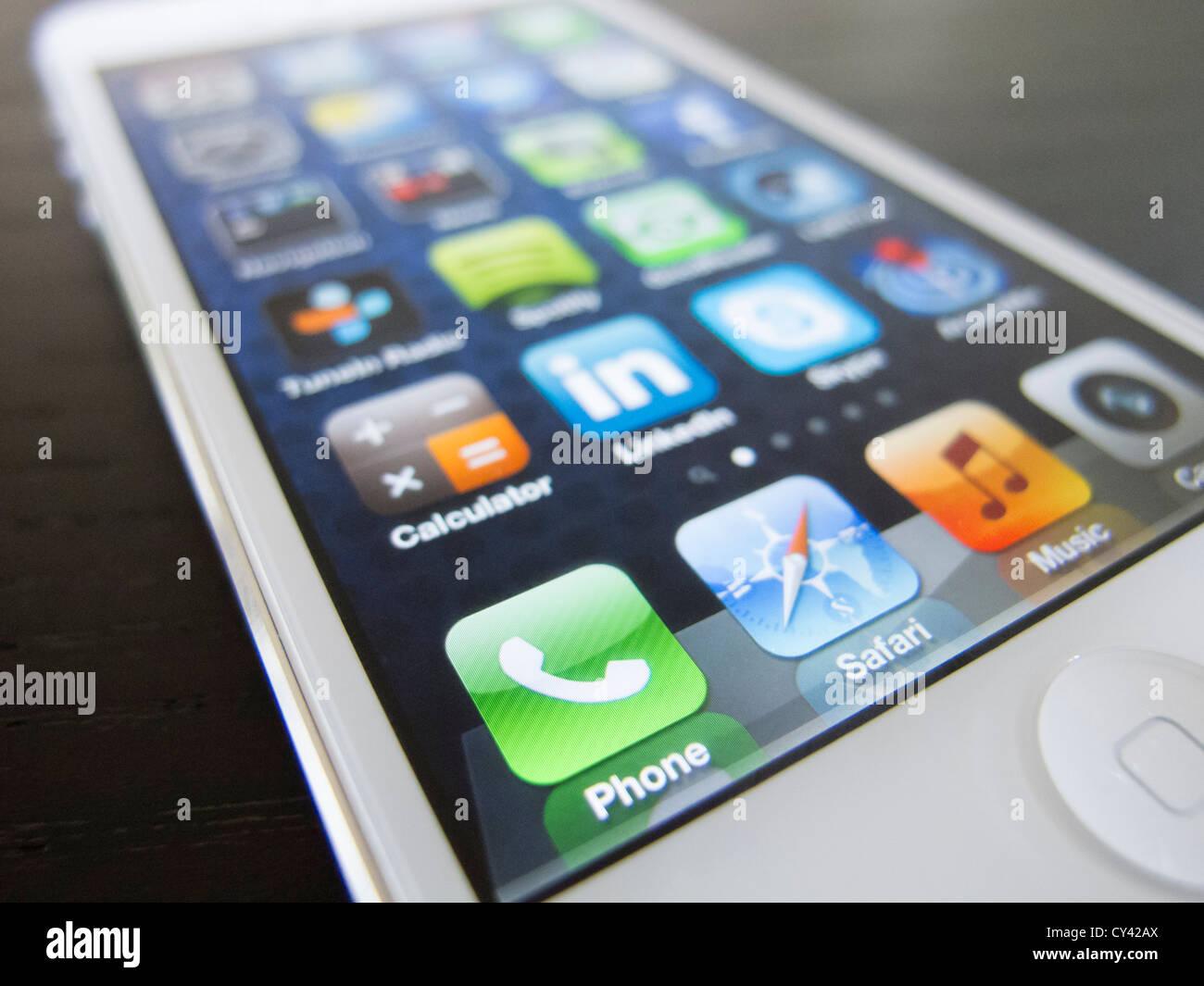 Détail de nouvel iPhone5 smart phone écran montrant de nombreuses applications de l'écran d'accueil Photo Stock