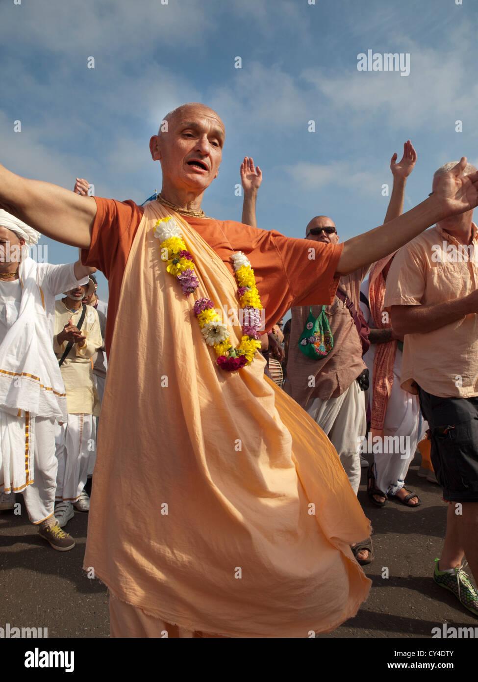 Les membres du mouvement Hare Krishna se rassemblent pour chanter et danser sur le front de mer de Brighton. Banque D'Images