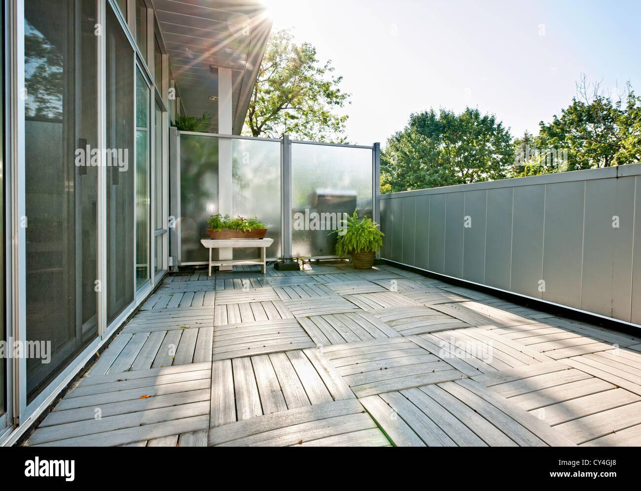 Grand balcon de condo moderne avec des plantes aux beaux jours Photo Stock