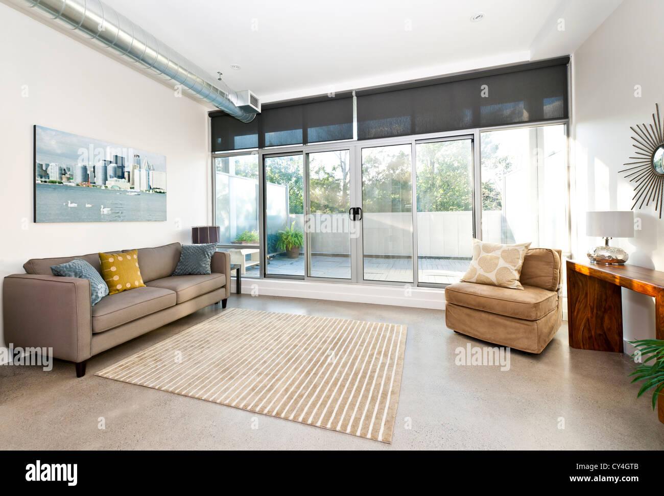 Salon avec portes coulissantes en verre donnant sur le balcon d'art à partir du portefeuille - photographe Photo Stock