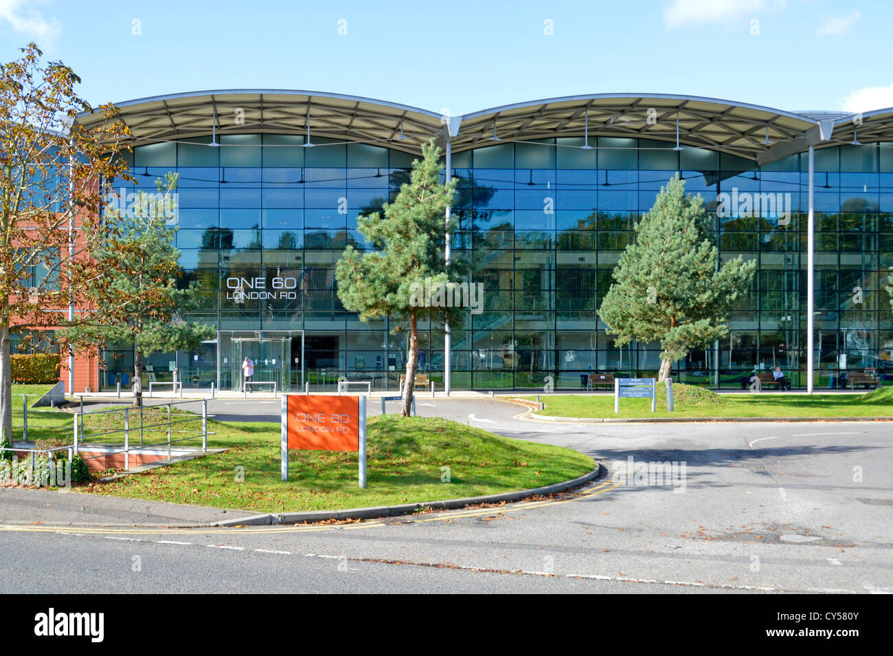 Immeuble de bureaux moderne en verre vitrages sur toute la hauteur d