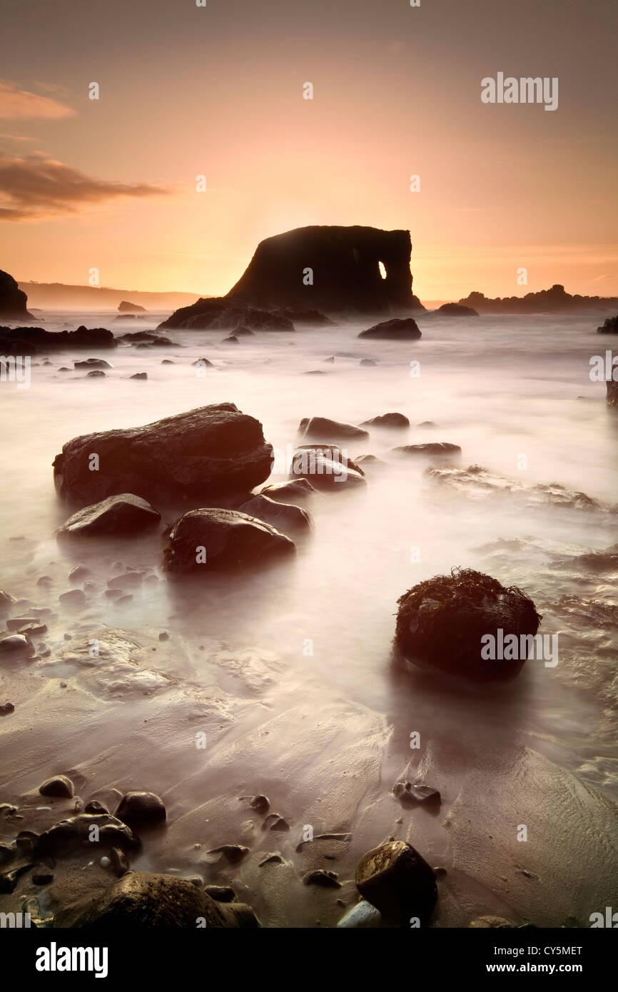 Roche de l'éléphant sur la côte d'Antrim capturé au crépuscule. Photo Stock