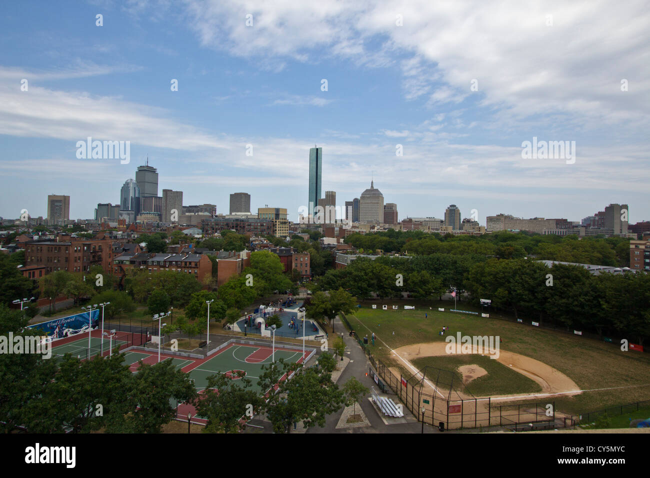 Boston skyline avec piscine en plein air de basket-ball et de baseball dans l'avant-plan Photo Stock