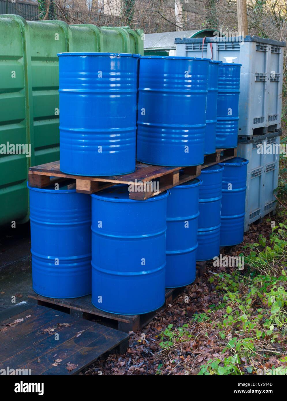 Les fûts d'huile vides bleu sur un lieu de stockage extérieur Photo Stock