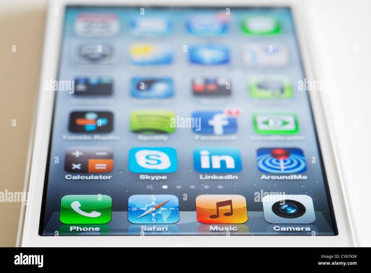 Close-up du nouvel iPhone 5 smart phone montrant l'écran avec de nombreuses applications Photo Stock