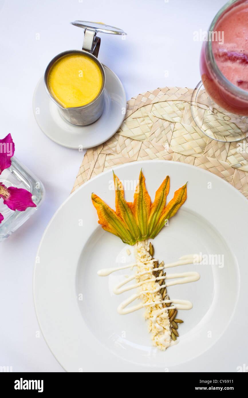 Fleur de courgette soupe, un plat d'Oaxacan traditionnelle, préparée par le chef Pilar Cabrera au Photo Stock