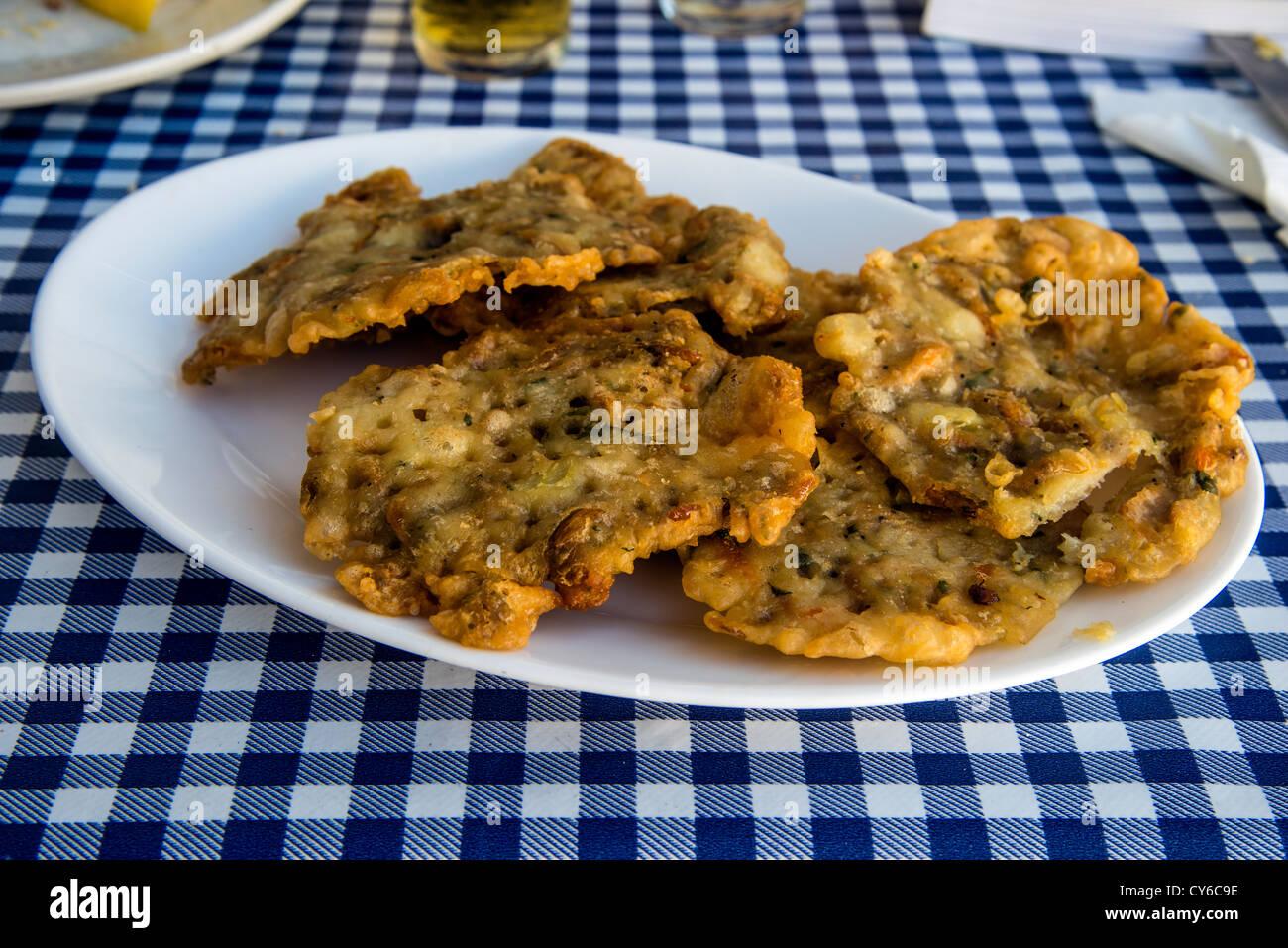 Les tortillas de camarones ou tortillas de crevettes est un plat traditionnel de Cadix, Andalousie, Espagne Photo Stock