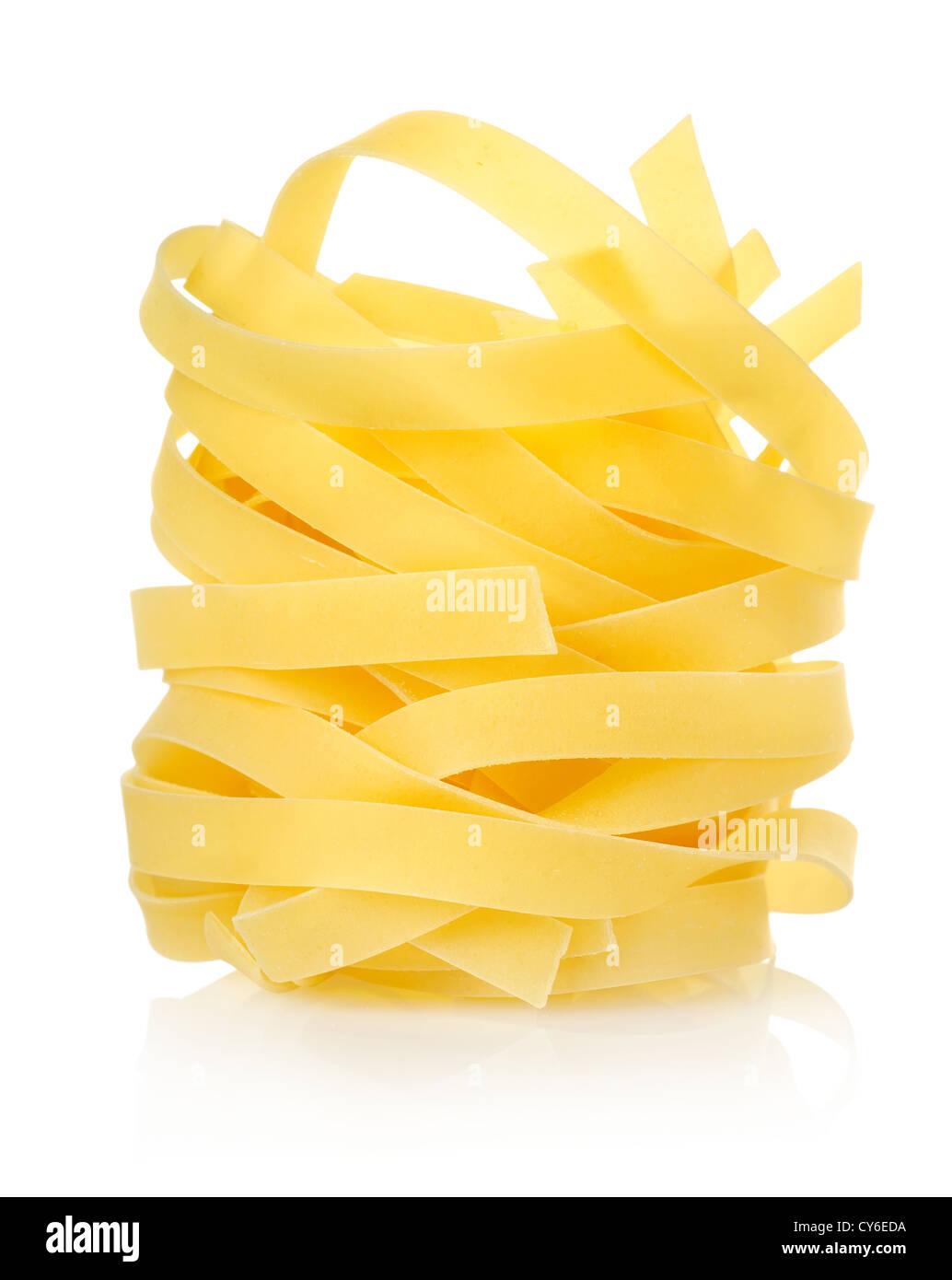 Tagliatelles pâtes isolé sur fond blanc Photo Stock