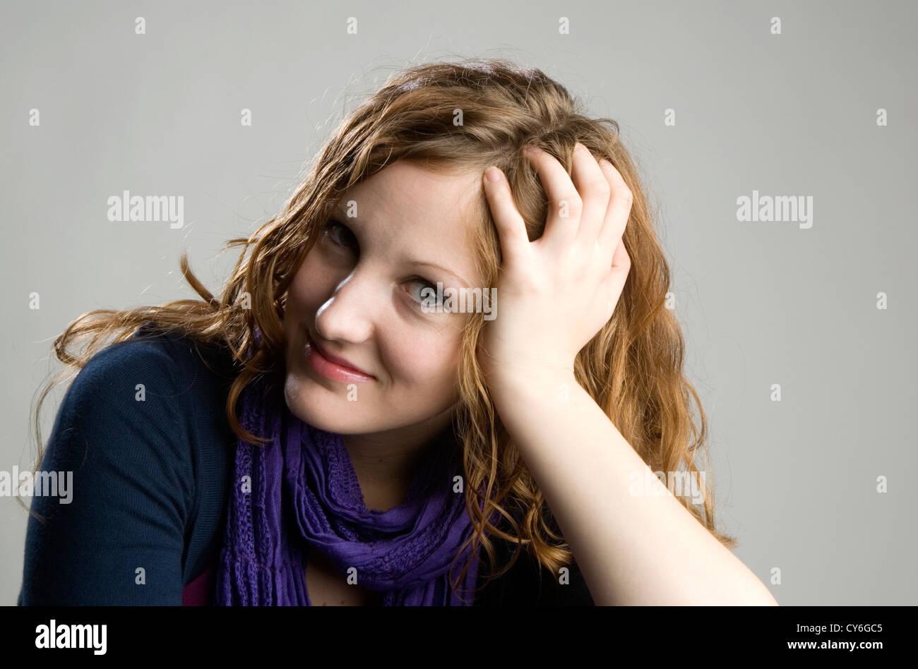 Portrait de jeune femme aux cheveux rouges apparaissant détendu Photo Stock