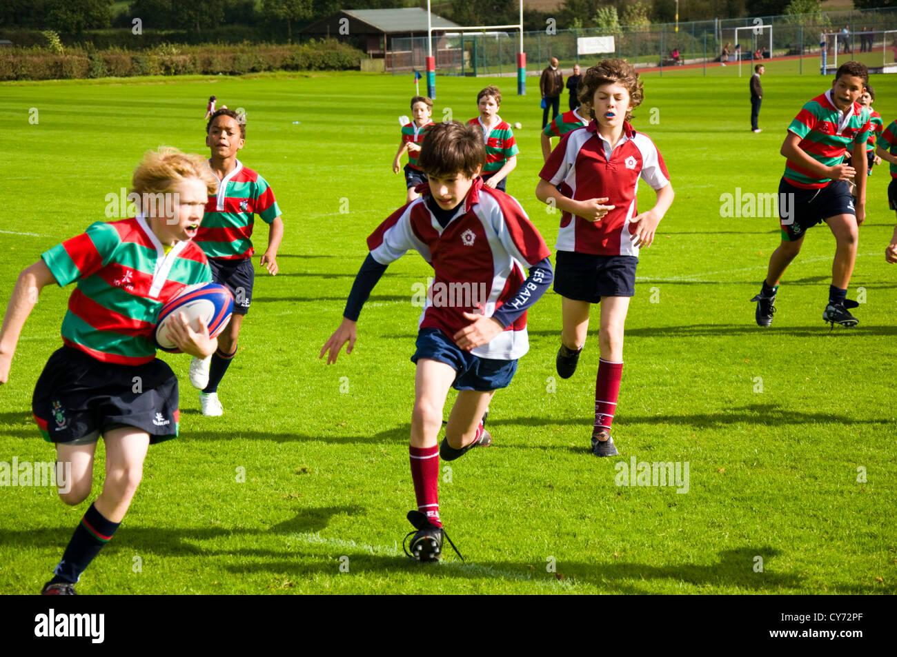Les garçons de l'école rugby match an 8 huit de moins de 13 ans contre le Roi Edwards prep Millfield Photo Stock