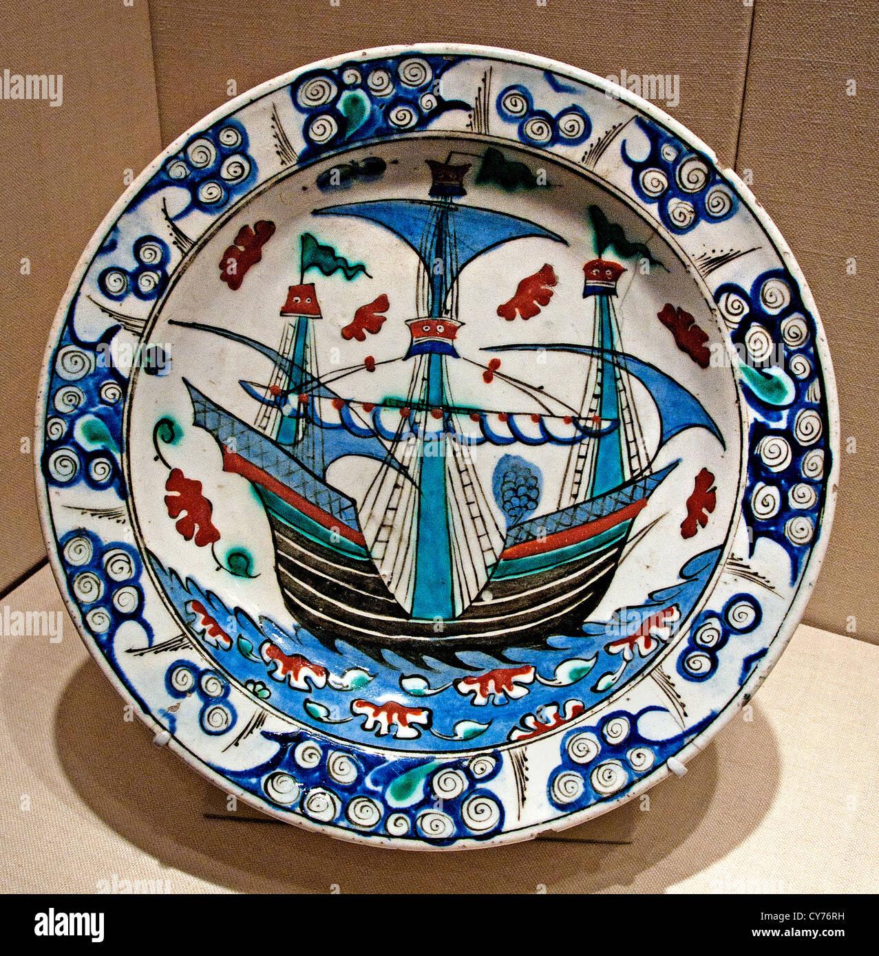 Ottoman Iznik plat avec la conception d'un navire à voile1585 - 1590 La Turquie plaque dindes Photo Stock