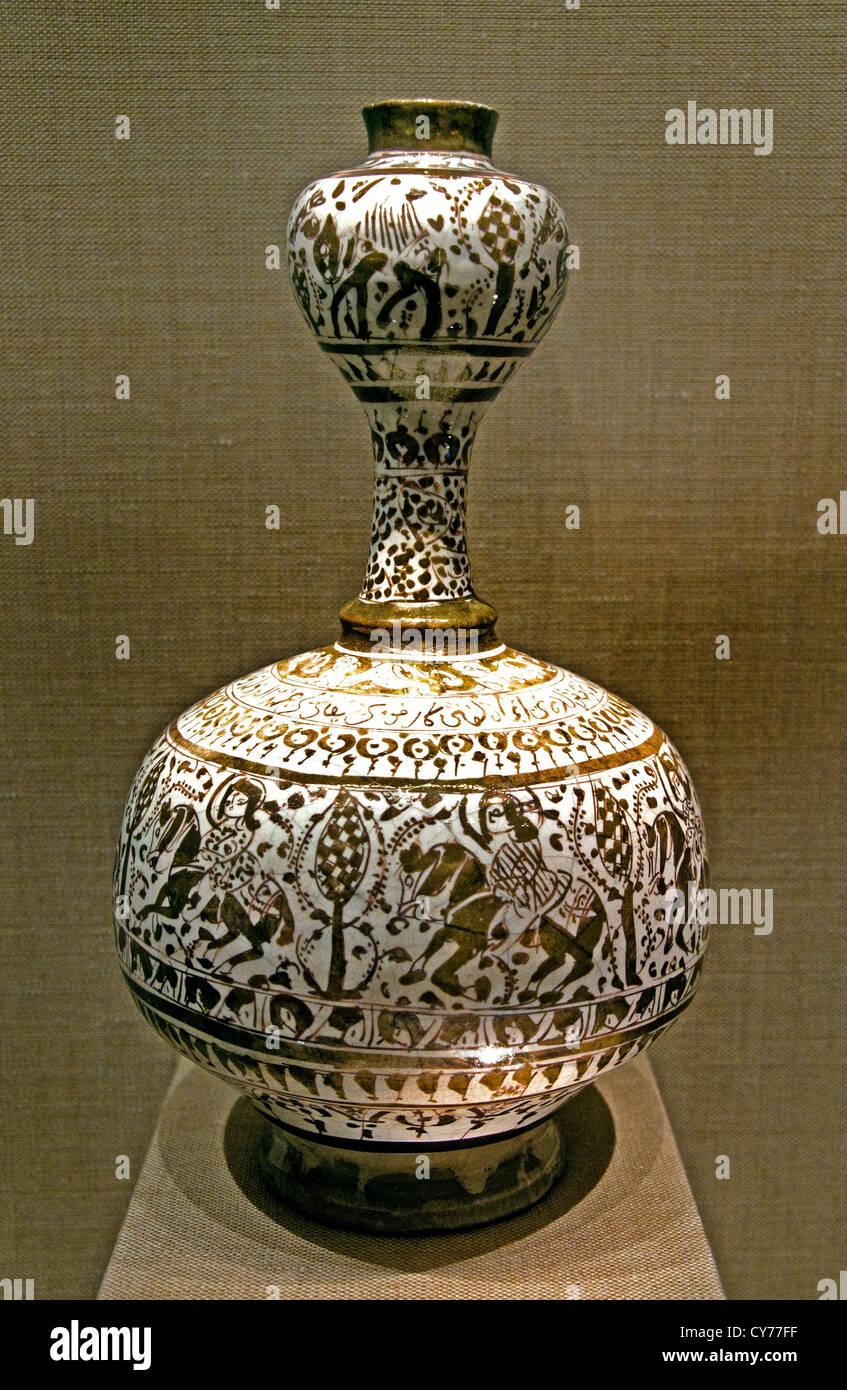 Bouteille12th siècle Iran Stonepaste lustre peint sur glaçure monochrome opaque 19 cm céramique l'Iran Photo Stock