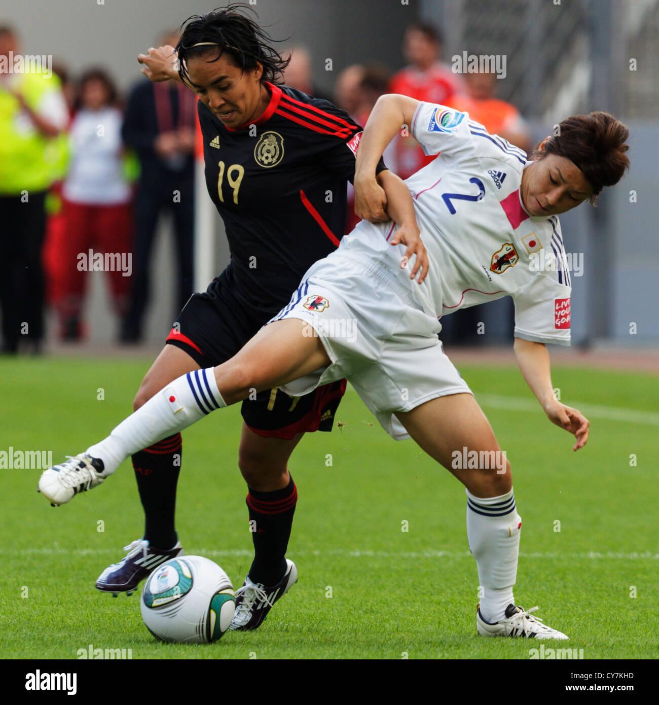 Monica Ocampo du Mexique (L) et Yukari Kinga du Japon (R) bataille pour la balle au cours d'une Coupe du Monde féminine Banque D'Images