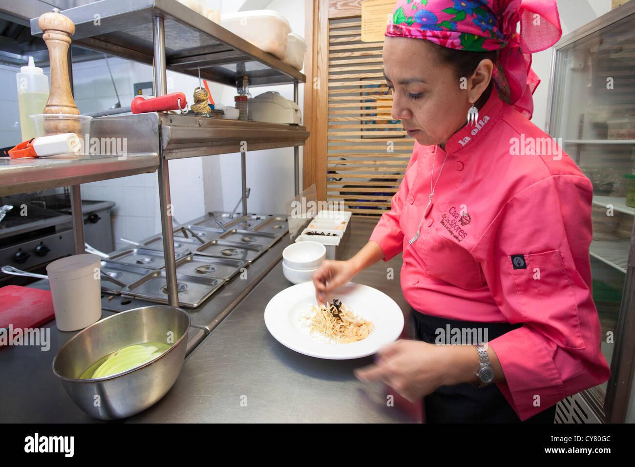 Chef Pilar Cabrera à l'œuvre dans la olla restaurant dans le centre historique de Oaxaca, Mexique. Photo Stock