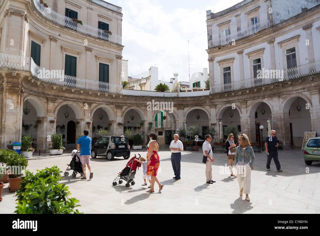 Martina Franca Puglia Italie Plaza avec les habitants Photo Stock