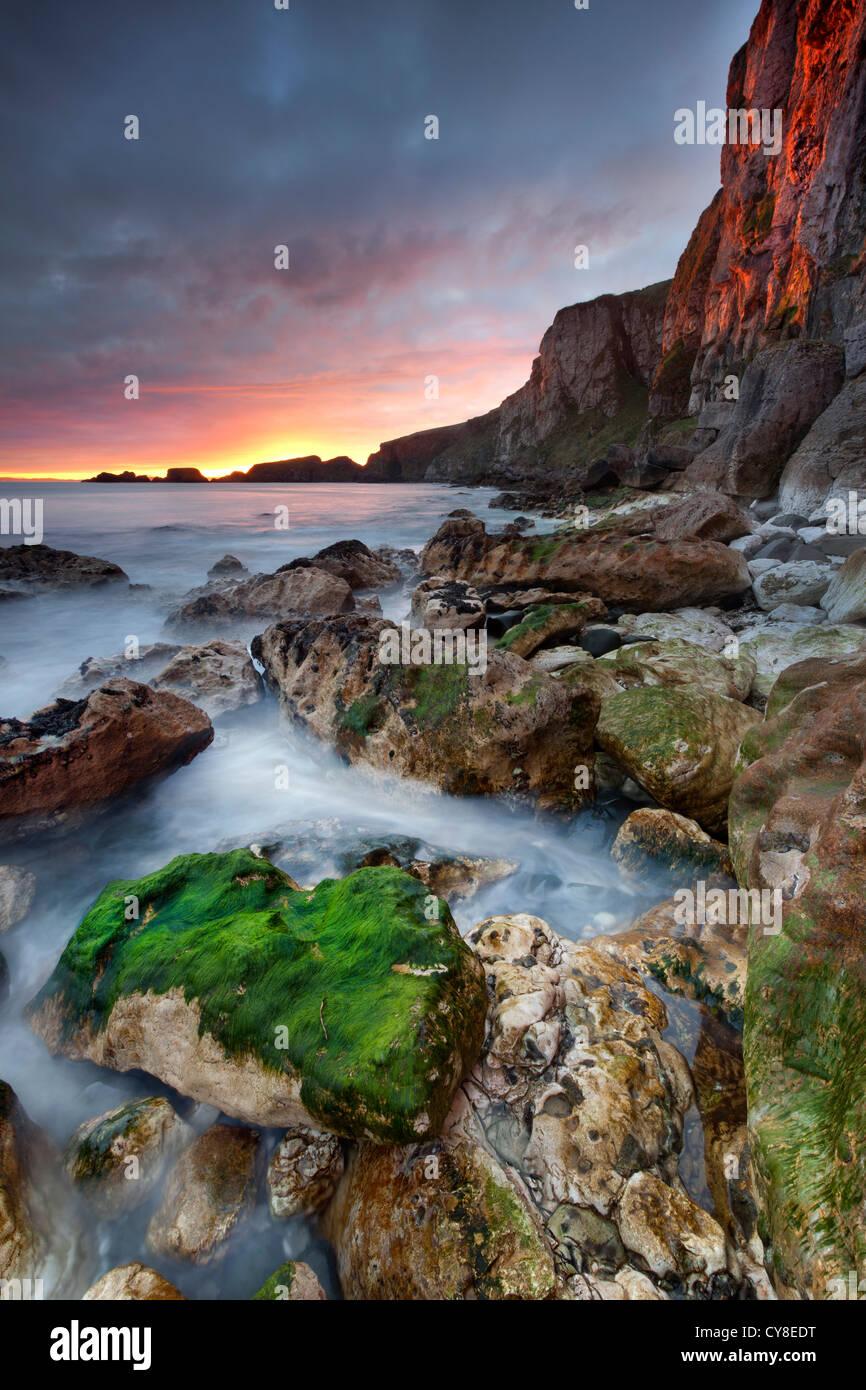 Larrybane sur l'Antrim capturé au lever du soleil. L'Irlande du Nord. Banque D'Images