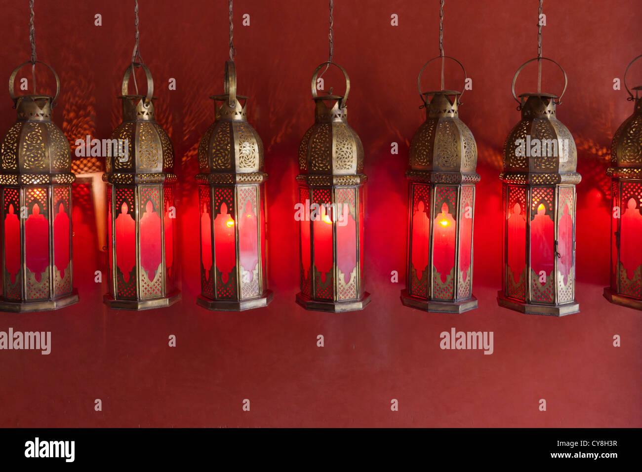 Lampes traditionnelles dans l'ancienne médina, Marrakech, Maroc Photo Stock