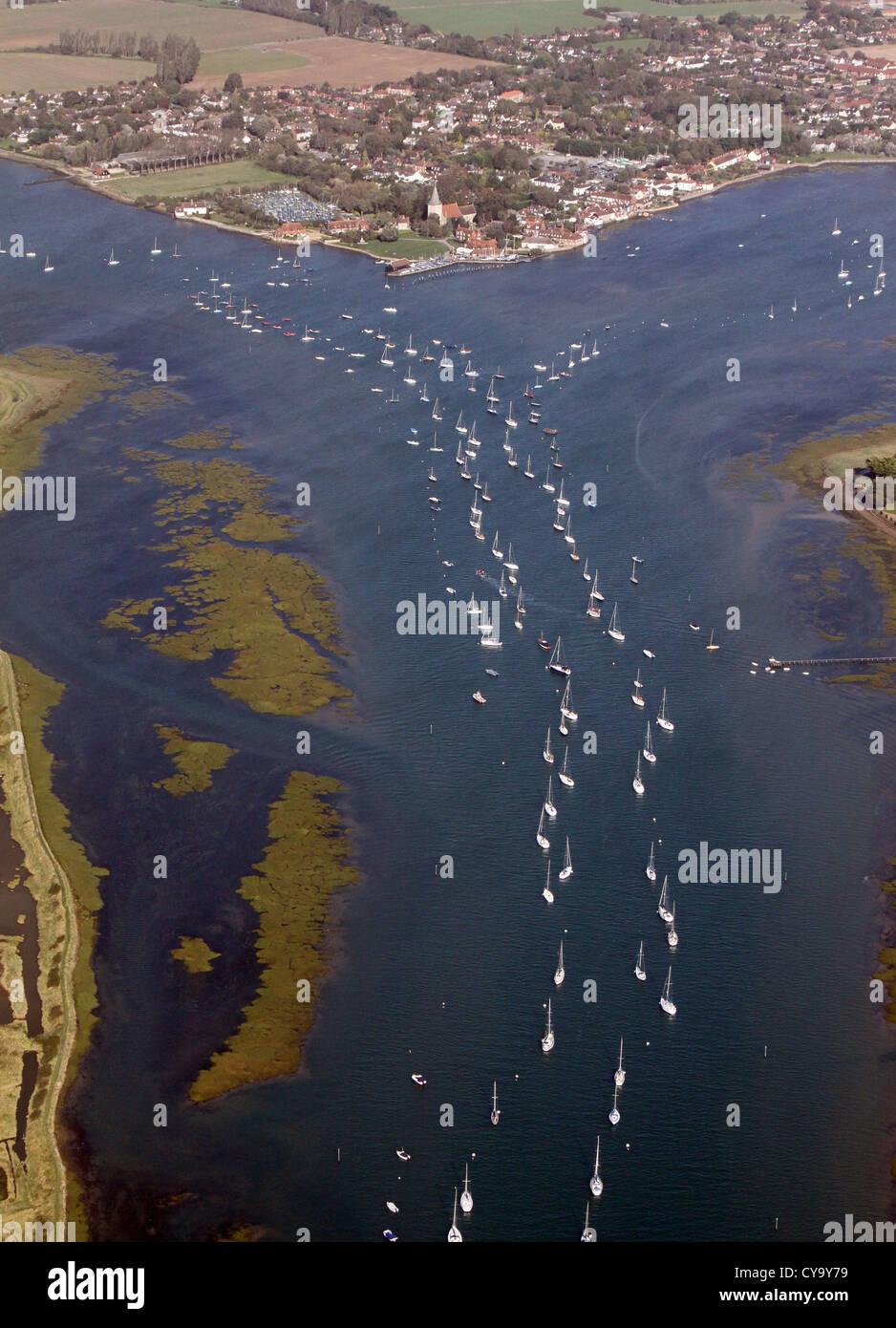 Vue aérienne de yachts amarrés dans le canal vers Bosham Bosham village près de Chichester Photo Stock