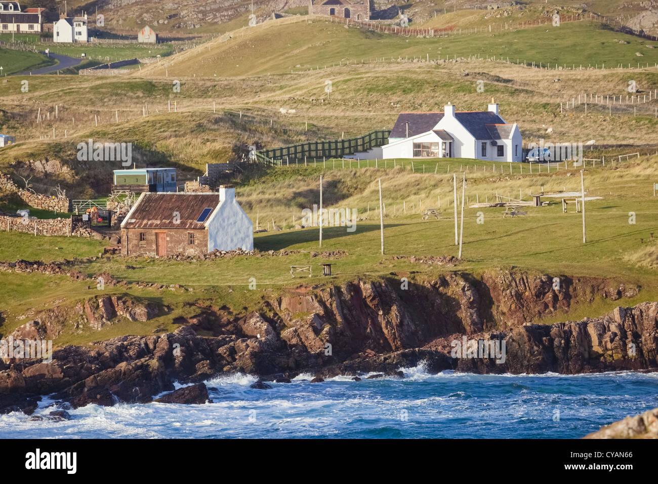 À l'égard de Clachtoll Split Rock avec le saumon Bothy vers la gauche. Highlands écossais. Photo Stock