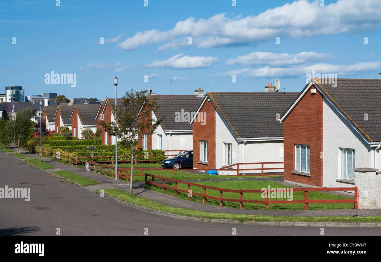Rangée de maisons bungalow sur une succession de banlieue street, UK Photo Stock